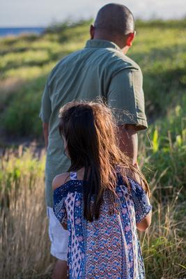 Daddy, daughter, Oahu, Hawaii, green, portrait, lifestyle, photographer, field, ocean